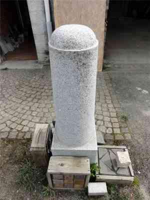 Borne en granit gris